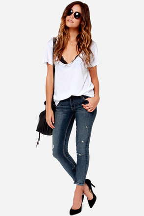 Queen Bee Distressed Medium Wash Ankle Skinny Jeans at Lulus.com!