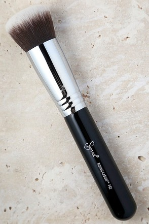 Sigma F82 Round Kabuki Makeup Brush at Lulus.com!