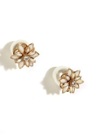 Petals Before Pearls Gold and Pearl Peekaboo Earrings at Lulus.com!