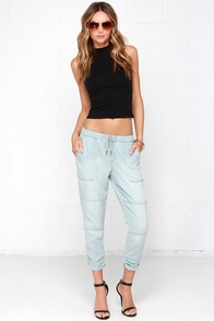 Dittos Maryn Light Wash Chambray Jogger Pants at Lulus.com!
