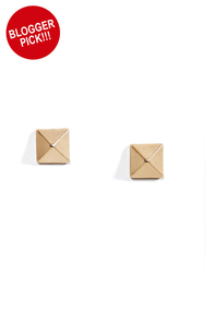 Welcome Matte Gold Pyramid Stud Earrings at Lulus.com!