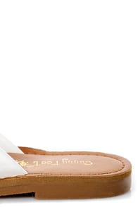 Kendal 01 White and Gold Thong Sandals at Lulus.com!