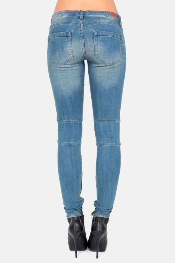 Dittos Courtney Low-Rise Faded Blue Moto Jeans at Lulus.com!