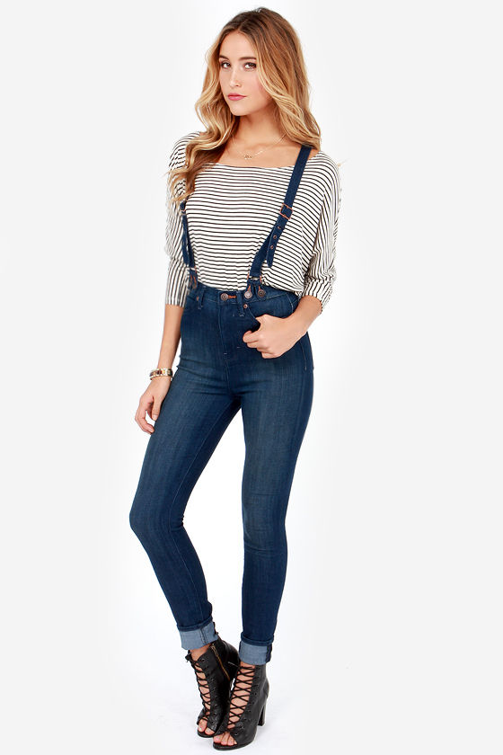 Printed Suspenders With Jeans. While solid colors are easy to pull off, printed suspenders can make a statement with jeans. If you love going bold with your outfit, suspenders are the perfect addition to set the tone for your look. Printed suspenders come in a wide variety of styles and designs from the basic strips to novelty suspenders.