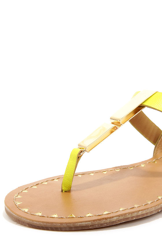 Dolce Vita Vasni Citrine Metal Plated Thong Sandals at Lulus.com!