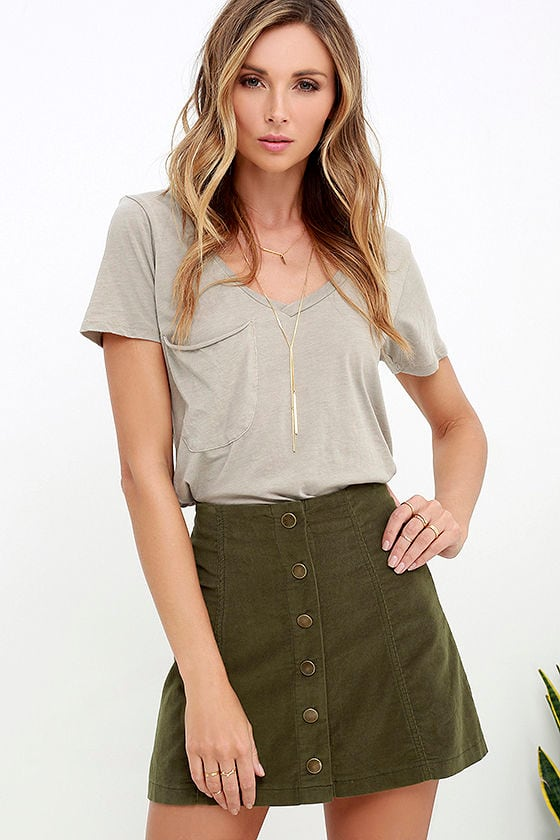 I think that an olive green skirt is very universal piece of clothes, you can wear it anywhere you want: as a perfect addition to casual outfits when you go shopping with friends for example, to office looks or travel and relaxed outfits.