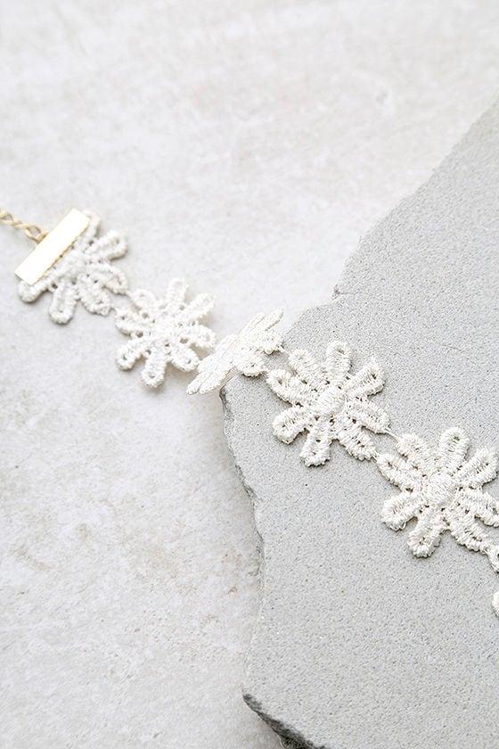 Daisy Daze White Lace Choker Necklace 3
