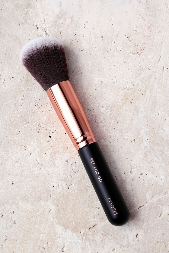 M.O.T.D Cosmetics Set and Go Powder Brush 1