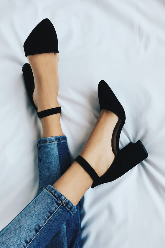 Black heels for a classic graduation look