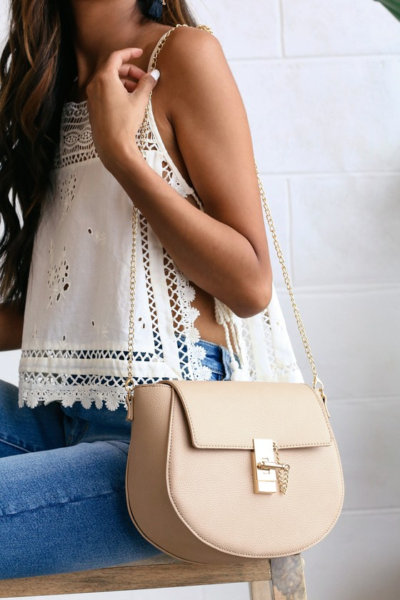 Show \'em just how chic you can be with the Lulus Sincerely Stylish Taupe Purse! Pebbled vegan leather purse with gold lock closure and matching chain accent. Front flap opens to a roomy interior with a zippered sidewall pocket. Detachable 48\