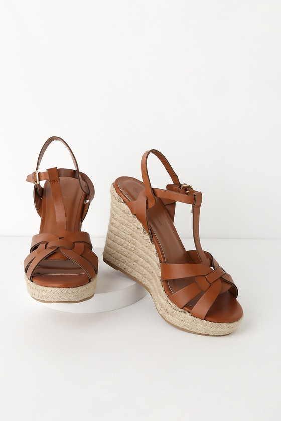 Cute brown wedges for a graduation ceremony
