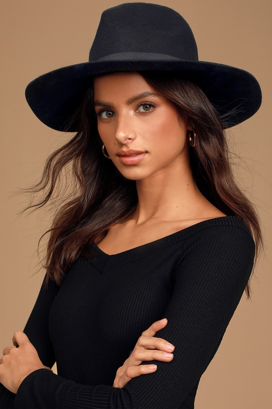 The adventure never stops in the Billabong Great Scott Black Fedora Hat! This classic fedora hat, made from felted wool, features a matching grosgrain ribbon and metal logo tag at the brim. Pair with a sweater and ankle boots for a perfect fall look! 3. 5\