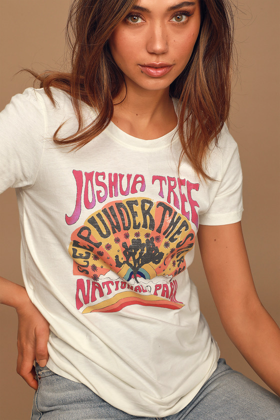 70s Outfits – 70s Style Ideas for Women Joshua Tree Under the Stars Ivory Vintage Graphic Tee - Lulus $42.00 AT vintagedancer.com