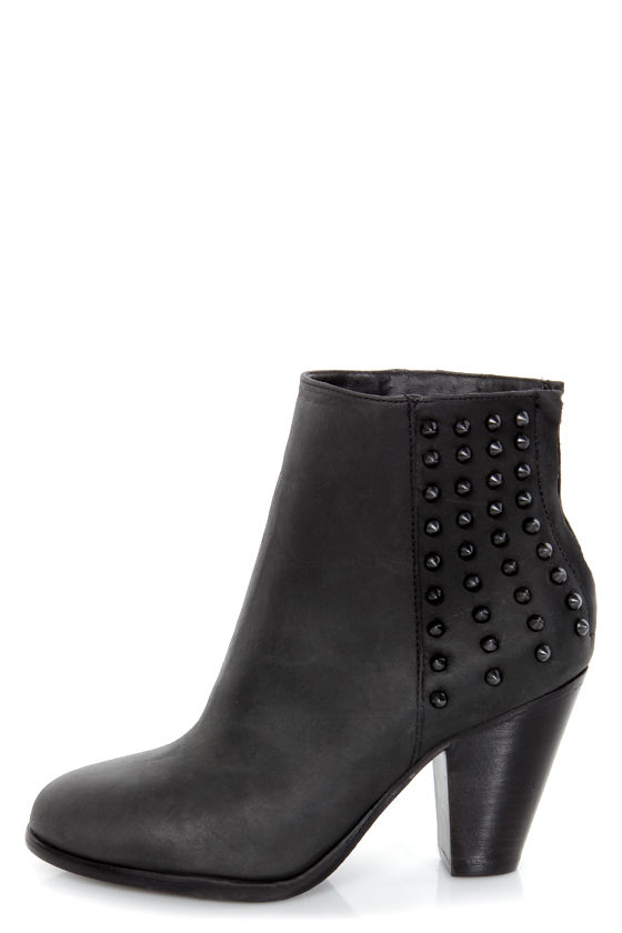 Steve Madden Acedd Black Leather Studded Ankle Boots at Lulus.com!