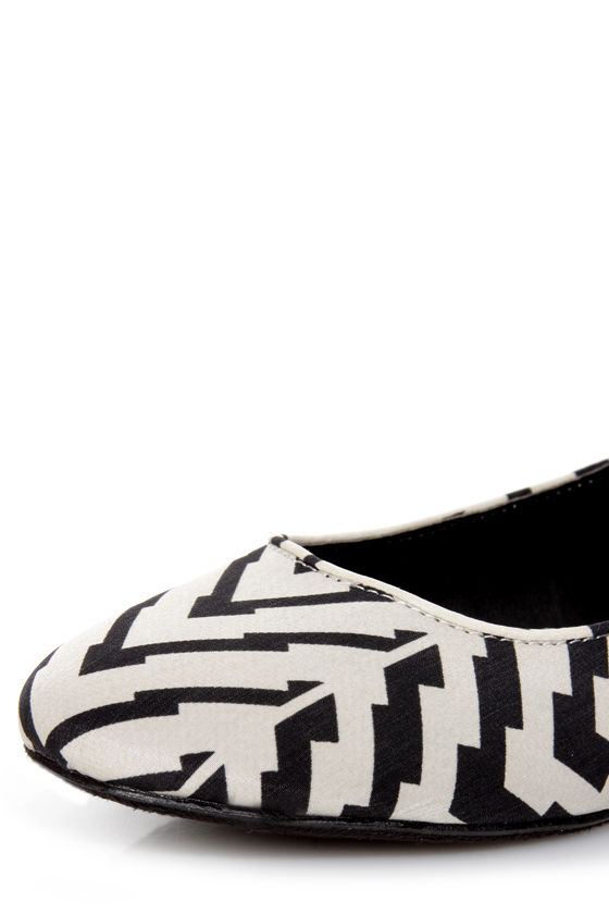Dollhouse Couture Black and Ivory Print Chain-Back Ballet Flats at Lulus.com!