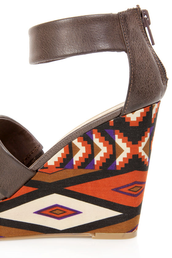 Chinese Laundry Ines Brown Printed Platform Wedge Sandals at Lulus.com!