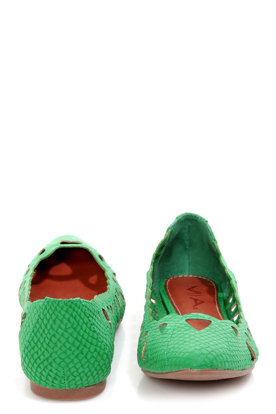 Mia Nomad Green Snake Scalloped and Cutout Pointed Flats at Lulus.com!