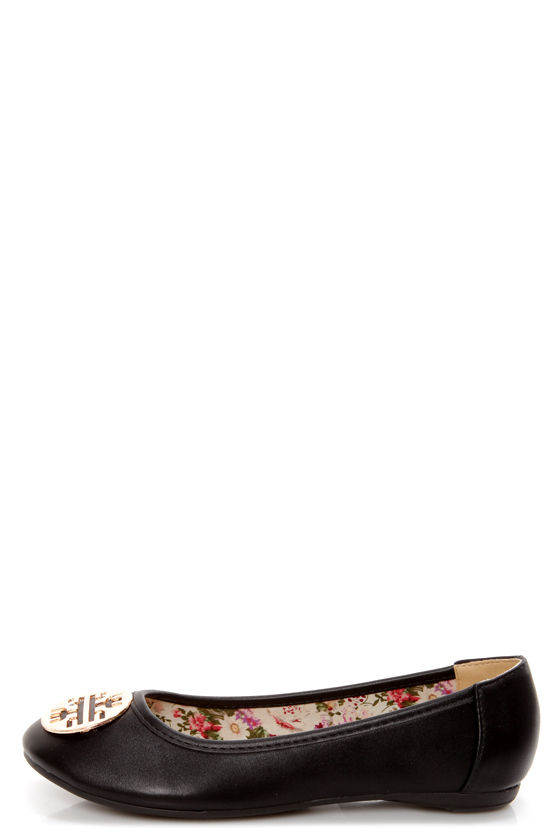 Leila 35 Black Medallion Ballet Flats at Lulus.com!