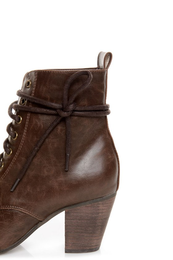 Chelsea Crew Detour Brown Lace-Up Ankle Booties at Lulus.com!